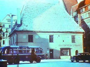Дом некогда стоявший на Ратушной площади. стоял неудобно и был уничтожен бомбардировкой в августе 1944-го. Зато, теперь на площади имеется возможность проводить концерты и праздновать Дни Старого города и Рождество. Таллин 1939 г.