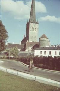 Не сложно поверить, что это тоже Таллин. Гораздо труднее, с точностью определить место и маршрут, где проехал велосипедист, а также установить его скорость. Таллин, 1939 год.