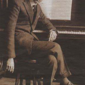 Сергей Прокофьев за фортепьяно.