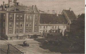 Бывший дом Юлиуса Гонсиора слева от Ратушной аптеки: на фасаде различима вывеска «Ыппа рапк».