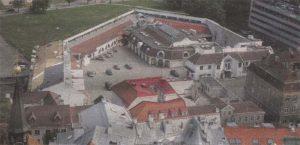 Снаружи — «бастион», внутри — целый городок различных построек.