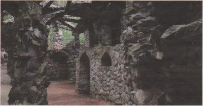 Колонны в «пальмовом доме» барона Глена явно стремятся подражать стволам настоящих пальм.