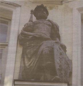 Датский монарх Канут на неоготическом фасаде гильдии «имени себя».