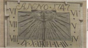 «Носатое» солнце на циферблате солнечных часов по адресу: Раэкоя платс, 10.