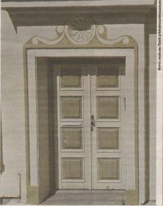 Солярная символика над входом в киношном жилище доктора Гаспара Арнери.