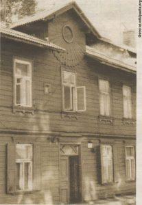 «Солнечный привет» от инженера Федорова на фасаде дома по улице Нийне, 5.