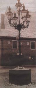 Пятирожковый газовый фонарь-канделябр перед утраченным зданием важни на Ратушной площади — достойный кандидат на воссоздание.