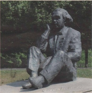 Памятник композитору и дирижеру Густаву Эрнесаксу на Певческом поле.