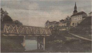 Сто лет назад через бывший городской ров был перекинут пешеходный мост.