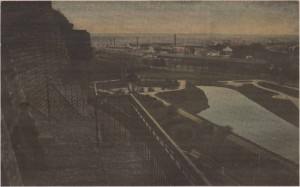 Вид на пруд Шнелли в начале XX века. Вдали за кованой решеткой лестничного спуска виднеется забор и деревья садоводческого питомника.