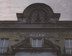 Спасская башня Кремля на парапете «офицерского дома» на улице Койду, 122.