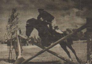 Конноспортивный праздник в Таллинне. Из книги «Eesti Tallinna Kaardiväe Laskurkorpuse võitlustee», 1945 год