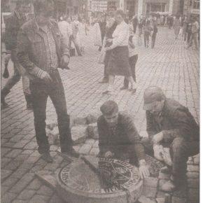 """В процессе установки символической «нулевой точки» Старого Таллинна на Ратушной площади. Снимок из газеты """"Õhtuleht"""" за 29 августа 1986 года."""