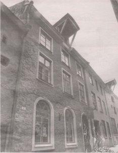 За перестроенным фасадом дома по адресу; Сауна, 8 таится средневековый шедевр.