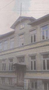 Флагшток под сине-черно-белый вымпел над одним из домов по улице Сюгизе готов к использованию и сегодня.