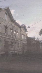 Шпиль Домского собора в перспективе улицы Сюгизе напоминает о епископском прошлом нынешнего Кельмикюла.