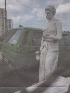 Неидентифицируемая «античная» статуя на... автостоянке в Ласнамяэ.