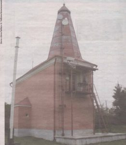Нижний маяк - в просторечии Красный, хотя официально - Белый.