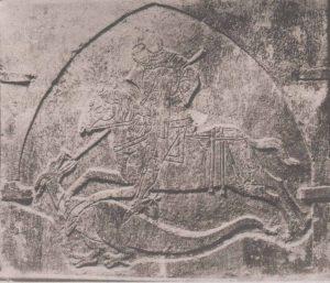 Резная плита с Георгием, сидящим на коне в рыцарских доспехах. Утрачена.