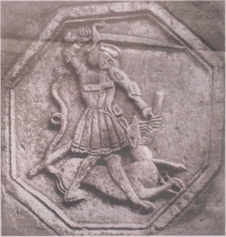 Медальон с фасада дома по улице Мюнди. Георгий — в облачении ландскнехта.