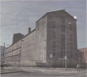 Торговый фасад былого элеватора навевает ассоциации с амбаром ганзейских времен, продольный — удивляет обилием металлических скреп-заклепок.