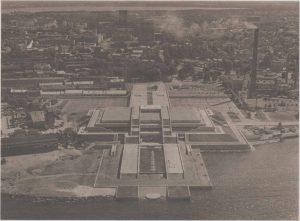 «Бастион северной культуры» во всей красе — дворец культуры и спорта имени В.И. Ленина в 1980 году. Так никогда и нереализованная композиционная связь с гостиницей «Виру» — налицо.