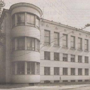 Построенное в 1937 году здание французского лицея на улице Харидузе - образец школьной архитектуры в духе функционализма.