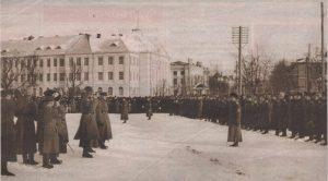 Перед отправкой на фронт бойцов I Ревельского русского партизанского отряда приветствовал на главной площади столицы генерал Йохан Лайдонер.