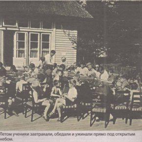 Летом ученики завтракали, обедали и ужинали прямо под открытым небом.