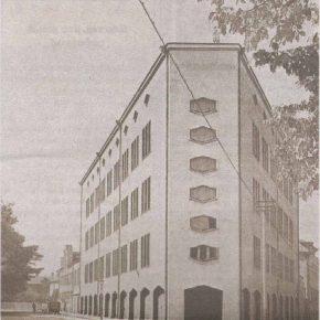 """Фабрика """"Rauaniit"""" в середине тридцатых годов прошлого века. На заднем плане — не уцелевшее двухэтажное здание, в котором предприятие было основано."""