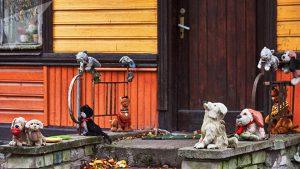 Странный, старый дом в Копли, на крыльце которого стоит с десяток игрушечных собак и щенков. Выглядит это все пугающе © SPUTNIK / ВАДИМ АНЦУПОВ