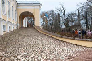 Подъезд к центральному входу барского дома © SPUTNIK / ВЛАДИМИР БАРСЕГЯН