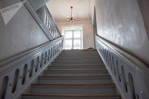 Парадная лестница в барском доме © SPUTNIK / ВЛАДИМИР БАРСЕГЯН
