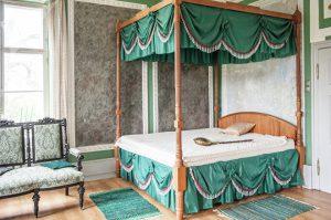 Спальня баронессы в барском доме мызы Сауэ © SPUTNIK / ВЛАДИМИР БАРСЕГЯН