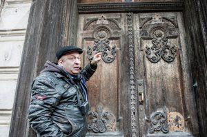 Дмитрий Унт указал на старинные двери с медальоном, на котором вырезано МDCCCLXXIII - год 1873, дата последней перестройки здания © SPUTNIK / ВЛАДИМИР БАРСЕГЯН