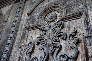 Старинные резные двери с медальоном, на котором указано МDCCCLXXIII - год 1873, дата последней перестройки здания © SPUTNIK / ВЛАДИМИР БАРСЕГЯН