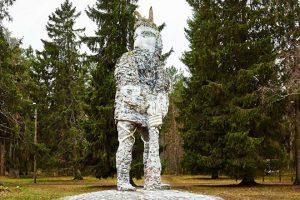Огромная статуя Калевипоега стоит в парке Глена, хотя с виду ее можно принять за статую черта. Фото: Вадим Анцупов
