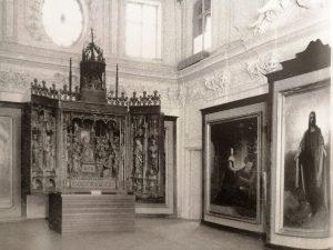 Алтарь церкви Пюхавайму и другие экспонаты в Белом зале дворца. Первая половина двадцатых годов.