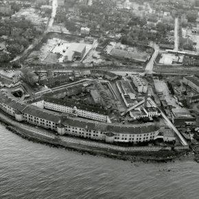 Лучше всего масштабность и фортификационная суть бывшей Батарейной тюрьмы заметна с высоты птичьего полёта - как на аэросъемке самого конца ХХ века.