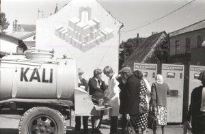 Продажа кваса. На заднем плане автоматы с газировкой.  ФОТО: Henn Soodla, Eesti Filmiarhiiv