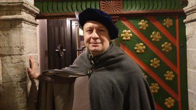 Гид Дмитрий Унт у двери Дома Братства черноголовых. Фото: из личного архива