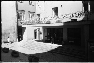 За свою долгую историю кинотеатр во дворе дома по улице Виру дольше всего просуществовал под названием «Октообер». Фото середины семидесятых годов.