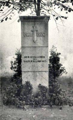 Памятник во дворе здания на вышгородской улице Кохту, 6. Довоенное фото