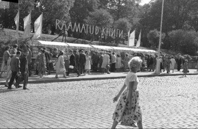 1962 Tallinn Viru tänaval müüdi raamatuid, nüüd lilli samas kohas