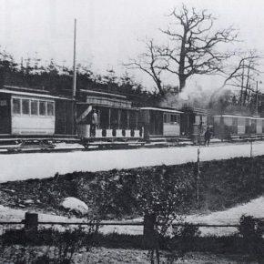 Вереница составов парового трамвая ожидает отправления от здания заводоуправления к центру города. Снимок до 1918 года.