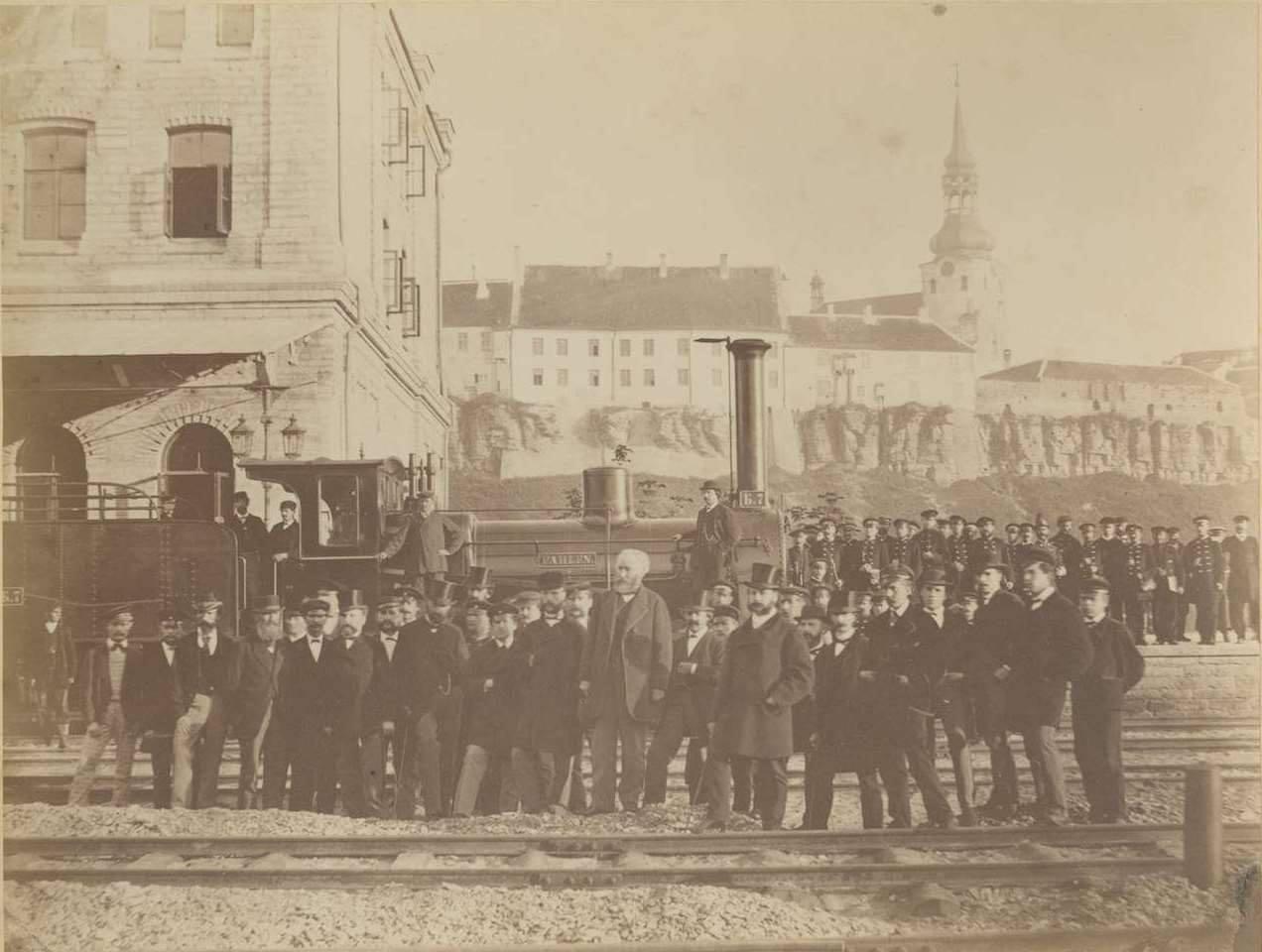 Барон Александр фон дер Пален и служащие Балтийской железной дороги на перроне вокзала в Ревеле. Снимок 1870-ых годов.