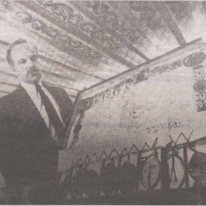 Директор Таллиннского Городского архива в 1989-1996 гг. Ю. Кивимяэ демонстрирует грамоту XV века - одну из многих, вернувшихся в родной город. Снимок из газеты «Советская Эстония».