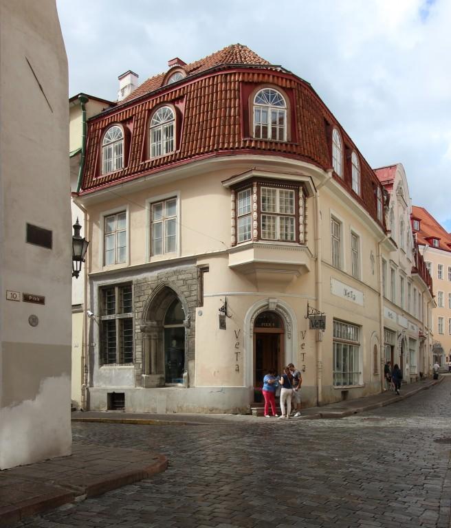Заглядывать в чужие окна – не слишком культурно. Заглянуть же в историю таллиннских окон – как минимум небезынтересно.