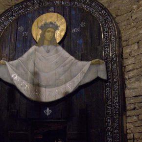 Главный акцент интерьера часовни в башне городской стены – изображение девы Марии – выполнен художником Андреем Стасевским и каллиграфом Татьяной Яковлевой.