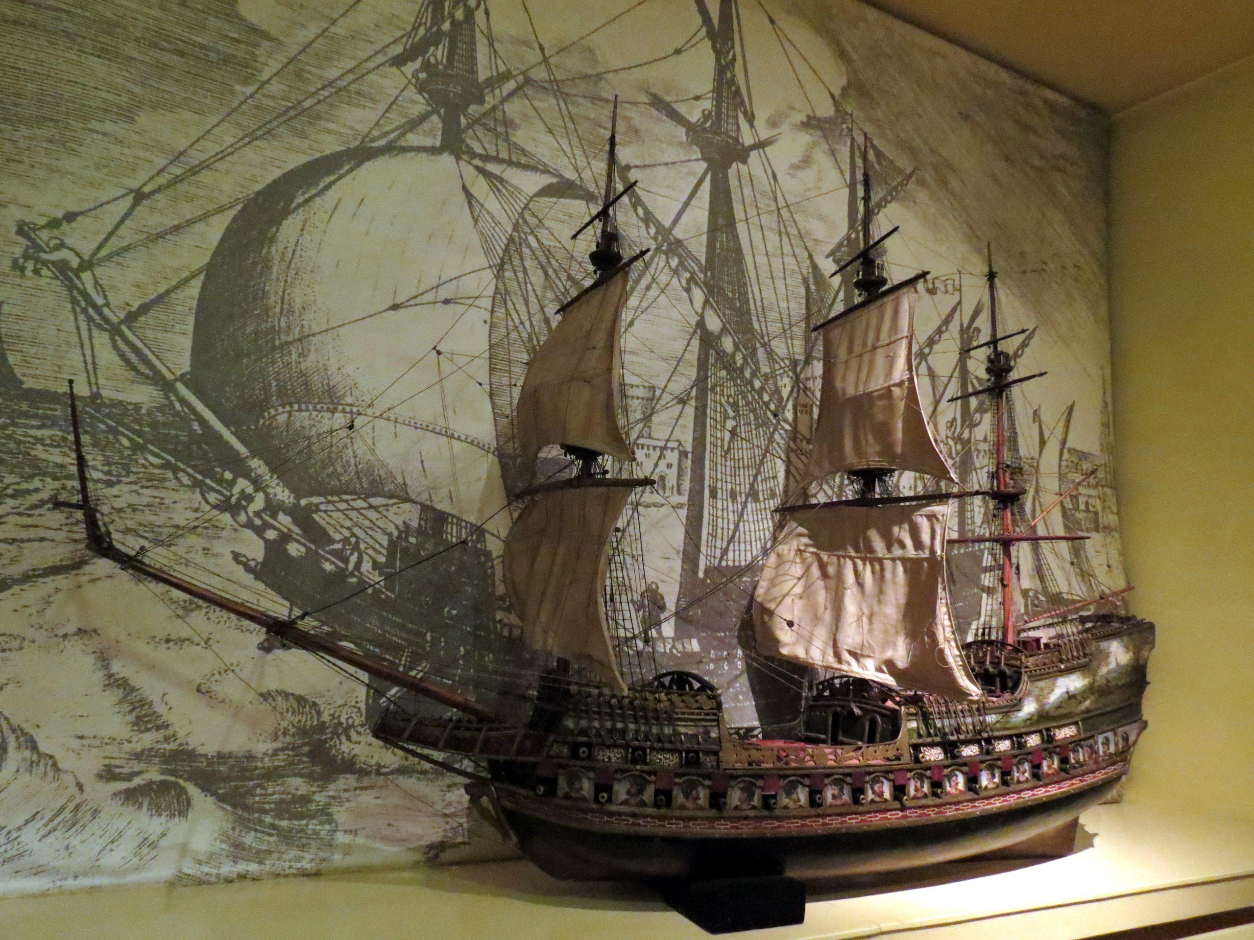 Модель торгового судна XVII века, принадлежавшего членам ревельского братства Черноголовых, в коллекции Таллиннского городского музея.